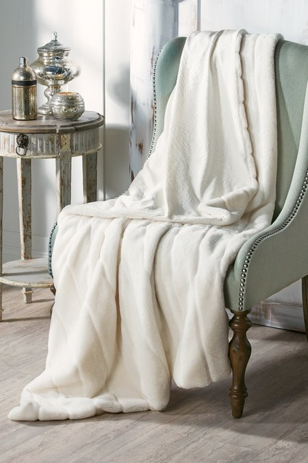 Annalise-patterned-faux-fur-throw